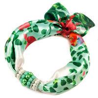 Šátek s bižuterií Letuška - zelený s potiskem