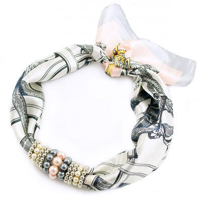 Šátek s bižuterií Letuška - bílo-šedý s potiskem - 1