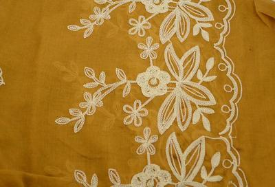 Šála klasická - zlatá s vyšitými květy - 2