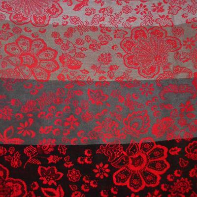Šála teplá - šedočervená s potiskem květin - 2