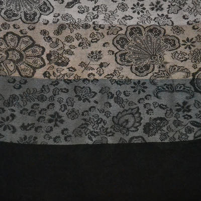 Šála teplá - šedočerná s potiskem květin - 2