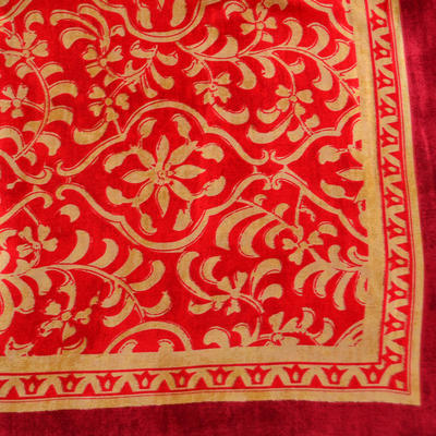 Šátek saténový 63sk009-20.13 - červený se zlatým vzorem - 2