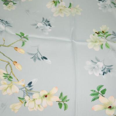 Šátek hebký - bledě modrý s květy - 2