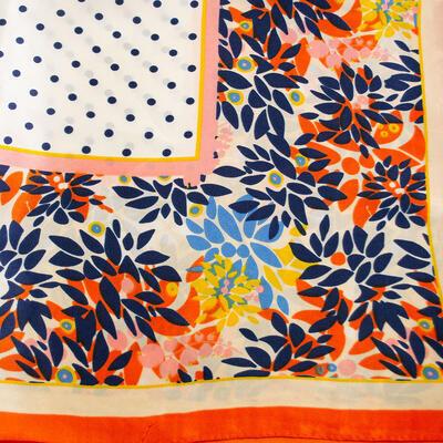 Šátek saténový - bílo-oranžový s potiskem - 2