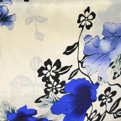 Šátek saténový - bílomodrý s květinovým vzorem - 2