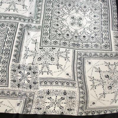 Šátek saténový - černo-bílý s potiskem - 2