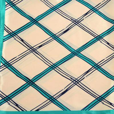 Šátek saténový - béžovozelený s potiskem - 2