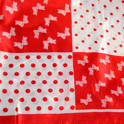 Šátek saténový - červenobílý s potiskem - 2