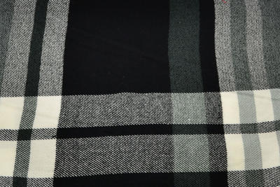Teplá šála 69cz013-70.71a - černošedá kostkovaná - 2