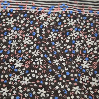 Tunelová šála 69tu004-70.01c - černá s bílými květinami - 2